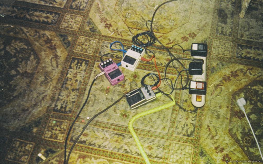 Effektgeräte für Gitarren. Bodentreter im Proberaum.