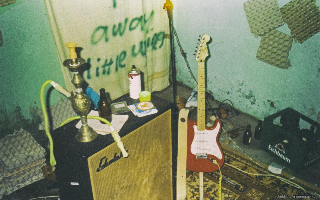 Wasserpfeife, Boxen, Gitarre, Zeugs
