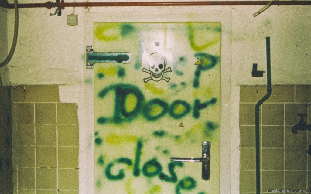 Die Tür des Proberaums (Kühlraum einer stillgelegten Brauerei)