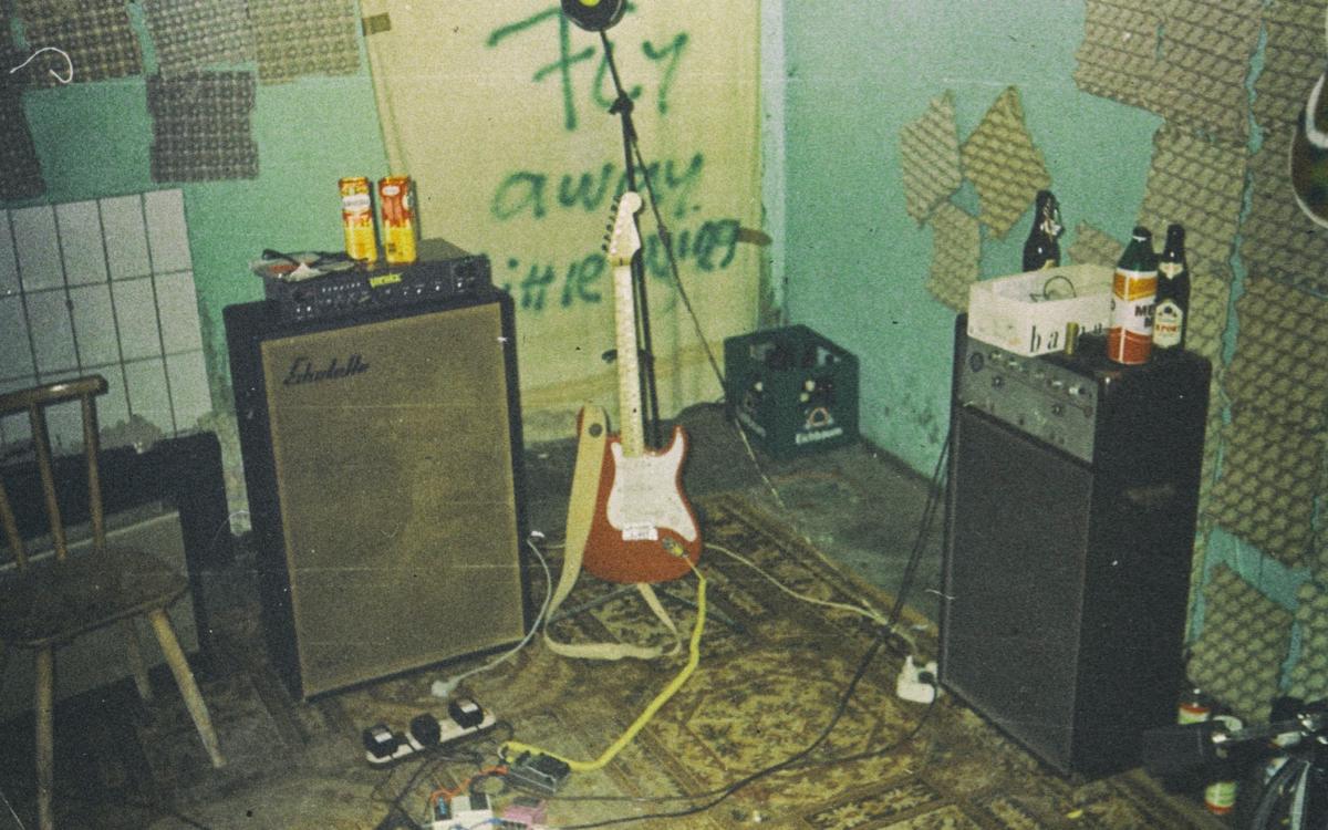 Proberaum mit Instrumenten und Boxen