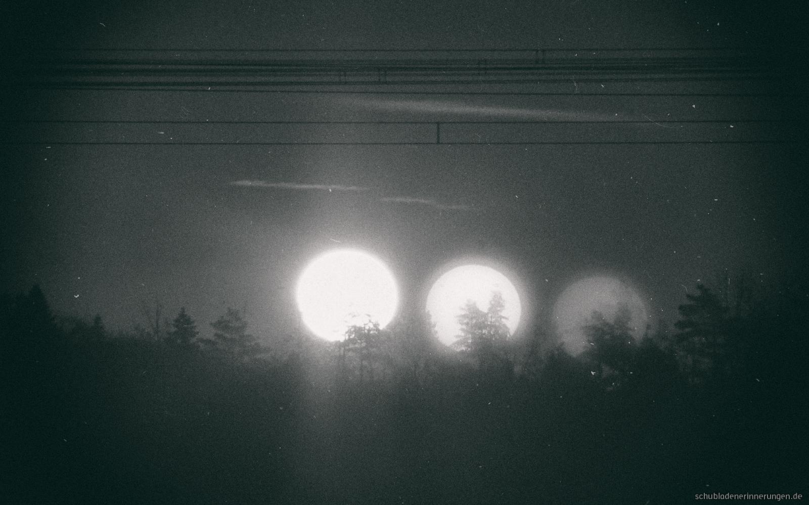 Blick aus der Dauerevakuierung heraus - drei Sonnen – Dadanaut